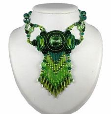 photo d'un collier brodé vert péridot et émeraude en cristal