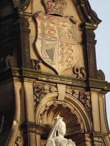 Statute von Königin Victoria, mit dem königlichen Wappen Royal Standard. Photo: Men's Individual Fashion.