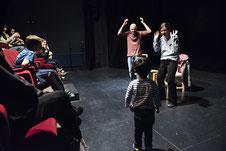 Vasiliy Bubnov donne des rudiment de LSF à des enfants