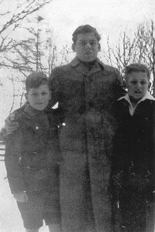 Das Foto zeigt Kurt gemeinsam mit seinen Brüdern Heinz (links) und Werner (Mitte). Kurt ist der Junge auf der rechten Seite.