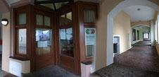 Akademie-Büro in den  Rathaus-Arkaden Neunburg vorm Wald mit Dia-Show im Fenster