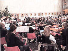 Dem Cornelius-Burgh-Chor stand in der Hetzerather Kirche Reinhold Richter und dem VHS-Orchester Collegium Musicum Dirigent Ernest Frissen vor. RP-FOTO: JÖRG KNAPPE