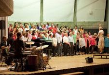Angelika Rehaag aus Krefeld war eine der drei Dozentinnen beim Gospelworkshop Hückelhoven. Sie dirigierte den großen Chor beim Abschlusskonzert in der Aula ebenso wie Herbert Minkenberg und Wolfgang Zerbin.                    FOTO: RENATE RESCH-RÜFFER