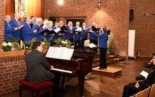 Der Chor begeisterte das Publikum im Pfarrzentrum der Pfarrei Christkönig mit vielen bekannten und beliebten Melodien. FOTO: JÖRG KNAPPE