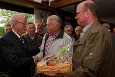 Viele gute Wünsche aus den Reihen seiner Sangesfreunde gab es gestern beim Ständchen für Josef Braun (l.). Das Geburtstagskind war überrascht vom Besuch der Sänger, die ihn hochleben ließen. FOTO: Jürgen Laaser