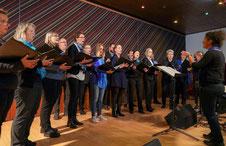 Der Cantamus-Chor aus Kerpen-Buir unter Leitung von Anna Paasche beim Konzert in Holzweiler.   FOTO: Laaser