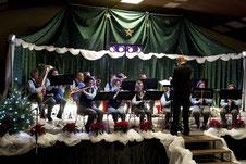 Stimmungsvoll vorweihnachtlich dekoriert war die Bühne der Hetzerather Mehrzweckhalle zum Konzert des Musikvereins, der wie immer viel Beifall für seine Vorträge bekam. FOTO: RENATE RESCH-RÜFFER