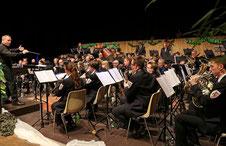 Tobias Liedtke dirigiert den Städtischen Musikverein Erkelenz im zweiten Jahr. Mit ihm wagten die Musiker ein von Rhythmus und unerwarteten Klängen geprägtes Konzertprogramm, für das es viel Applaus gab. FOTO: Jürgen Laaser