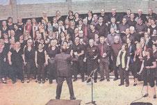 Beim Gospelworkshop mit Professor Hubert Minkenberg steht den Sängerinnen und Sän- gern derSpaß am Projekt ins Gesicht geschrieben.  FOTO: VERANSTALTER