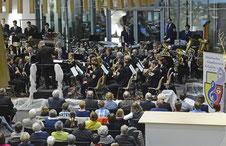 Tobias Liedtke dirigierte den Städtischen Musikverein Erkelenz bei dessen erstem Adventskonzert im Hauptgebäude der Kreissparkasse Heinsberg in Erkelenz.   FOTO: Jörg Knappe