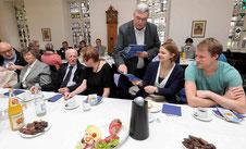 Erkelenz hat jetzt mehr als 46.000 Einwohner. Den kürzlich Zugezogenen überreichte Peter Jansen Informationen über die Stadt. FOTO: JÜRGEN LAASER