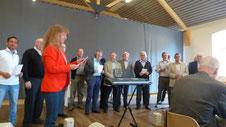 Chorleiterin Alexandra Hillebrands probt mit allen Sängern ein Lied ein.Foto: Stadtmusikbund Erkelenz e.V.
