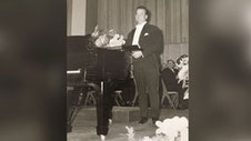 Auch Rudolf Schock sang mit. (Rudolf Schock im Jahr 1961 neben einem Flügel)