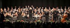 Reinholt Richter leitete das Gemeinschaftskonzert von Cornelius-Burgh-Chor, Kirchenchor St. Helena und Camerata Gladbach, unterstützt von erstklassigen Solisten, in der Erkelenzer Stadthalle. FOTO: Jürgen Laaser