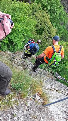 Auf dem Klettersteig kommen Verhaltenweisen und -muster den Einzelnen im Team ans Licht