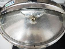 圧力鍋にこびり付いていた汚れをスチームクリーナーで綺麗にした後の圧力鍋の写真。