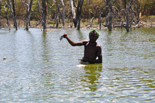 pêcheur avec 1 tilapia