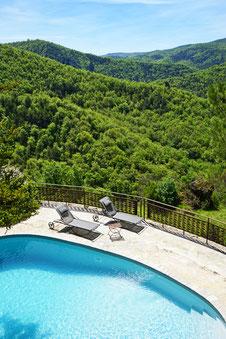 qualite-experience-5-etoiles-en-aveyron-gite-d'-exception-le-colombier-saint-veran-la-piscine-privee-et-sa-vue-sur-la-dourbie-tourisme-occitanie-sud-de-france