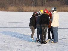 Австрийские подростки на озере
