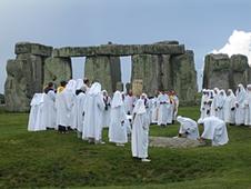 Druiden feiern ein Ritual am Stonehenge, Quelle: sandyraidy