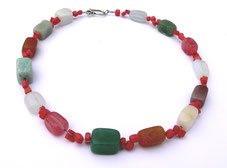 Edelsteinkette. Unterschiedliche Halbedelsteine wie Jade, Mondstein, Jaspis, Cherryquarz in Kombination mit Korallenwürfeln,  Zierschließe,