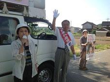 青谷で宣伝する田中市議と岩永書記長