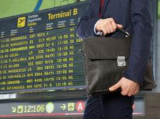 Handlungsreisender am Flughafen als potentieller Kunde von Elodie Serviced Apartments