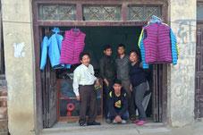 Vor der Jackenfabrik...