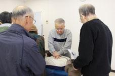 管理組合の宮下理事長も胸骨圧迫を実践