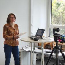 Adrienne Zehner (Hauskoordinatorin) berichtet über die optimale Einbindung der Angehörigen bei der Gründung einer Demenz-WG. | Foto: IZGS