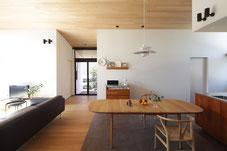 新潟県上越市の設計事務所、中島智幸建築設計一級建築士事務所が設計監理を行った自邸です。タイル貼りの床、木張りの勾配天井、造作キッチンカウンターの雰囲気を味わうことが出来ます。