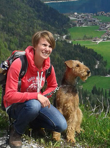 Wanderung mit Airedale-Terrier