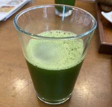 コップに入った真緑色の青汁