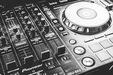 DJ in Parchim während der Trauung vom Standesamt Parchim..