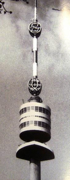 Donauturm Wien, mit dem dem von Heinz Traimer entworfenen Logo der Zentralsparkasse. Fotograf unbekannt (um 1965).