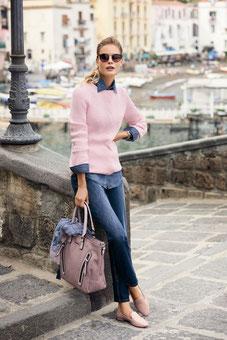 look classic chic avec un jean accompagné d'une chemise et dun pull léger rose en superposition (Betty Barclay)