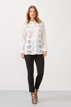 L'incortounable jean noir associé à une chemise blanche brodée, look classic chic garanti (Éléna Miro)