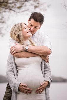 Schwangerschafts Fotografie Babybauch gehalten vom Ehemann fotografiert von der Schweizer Familien Fotografin Monkeyjolie