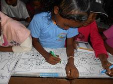 ぬり絵で森の大切さを学ぶマダガスカルの子どもたち