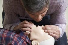 Réalisez une insufflation en veillant à pincer les narines de la victime.