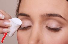 Als erstes wird das Make-up entfernt und das Augenlid entfettet.