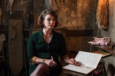 Claudia Dalchow spricht Sonia (Emma Stansfield) in Call the Midwife, Season 7
