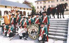 Die Lichtensteiner Kanonierkompanie vor dem Schlosspalais zu Lichtenstein