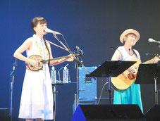 ライブで熱唱する「やなわらばー」の2人=10日夜、市民会館大ホール