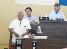 役場移転の住民投票条例が成立した。左は指導者の新田氏=17日、竹富町役場議場