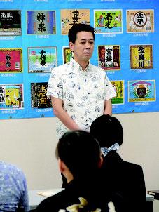 開講式であいさつする県酒造組合の佐久本学会長=3日午前、沖縄健康バイオテクノロジー研究開発センター