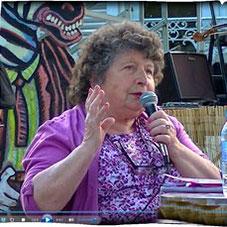 Jeanine Rivais répondant au public
