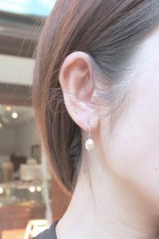 CERCAダイヤ/WGピアスにパールプラスの着用画像