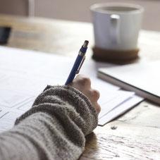 Frau schreibt. Quelle Pixabay