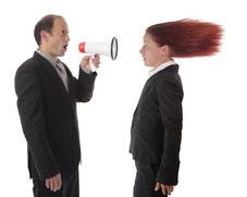 Führungskraft verursacht Schaden durch Demotivierung der Mitarbeiter und Kundenabwanderung